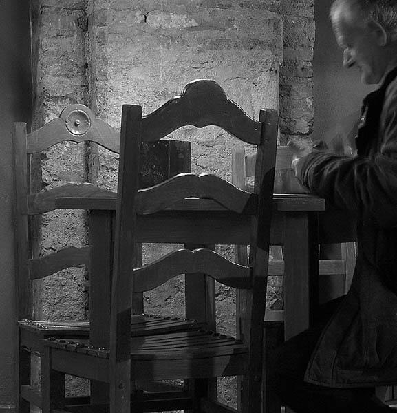 homem na cafetaria do jorge serafim beja foto joão espinho