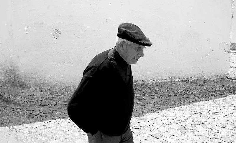idoso na vila de cuba alentejo foto de joão espinho